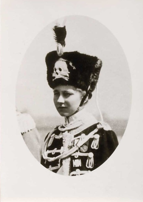 Die Kaisertochterzeigte sich oft in uniformer Kleidung mit Totenkopf