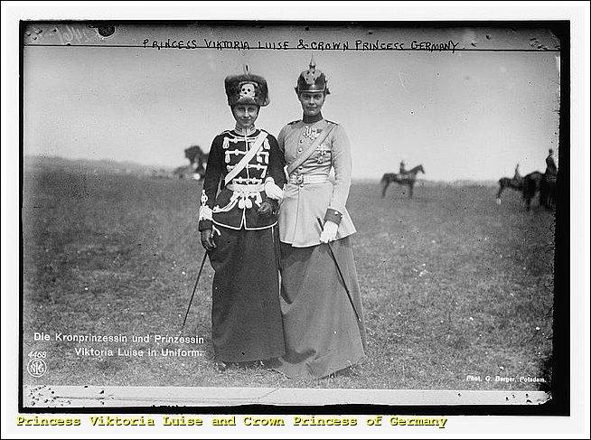 Kriegsprinzessin Viktoria-Luise mit Totenkopf-Mütze